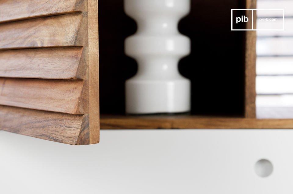 Interamente realizzato in legno di acacia