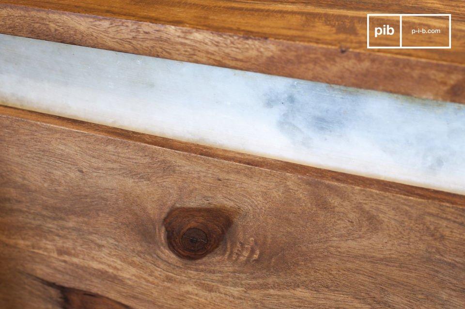 Interamente realizzata in legno shisham massiccio