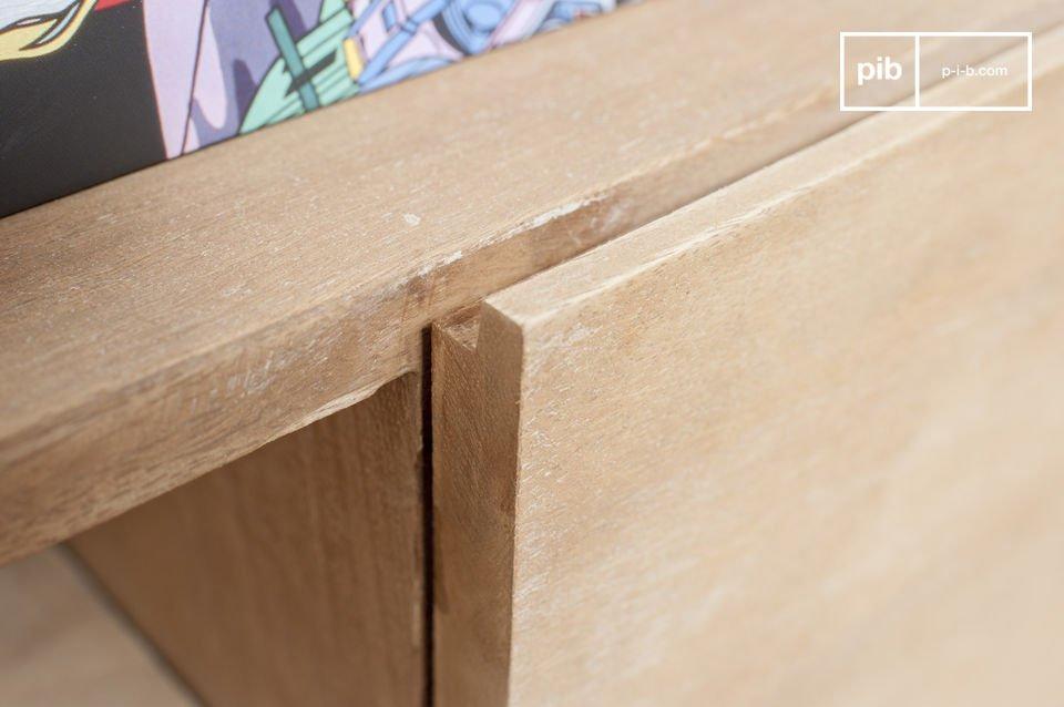 Interamente realizzato in legno massiccio leggermente patinato