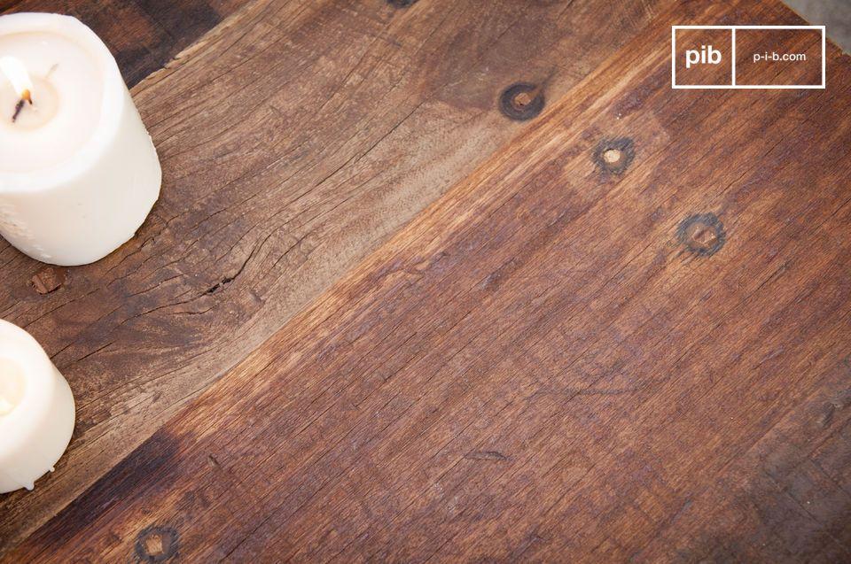 La sua struttura in metallo opacizzato e il suo piano in legno riciclato rendono il nuovo tavolino