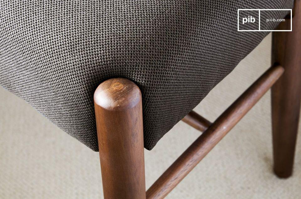Interamente realizzata in legno di noce massiccio, la panca Larssön è estremamente solida