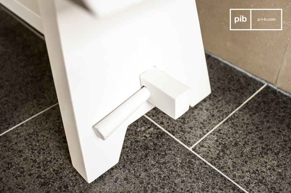Realizzata in legno con un bellissimo colore bianco tipico dello stile nordico