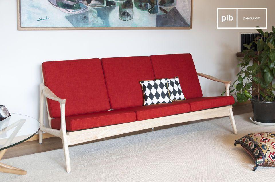 L'eleganza colorata di una grande panchina scandinava in legno e tessuto