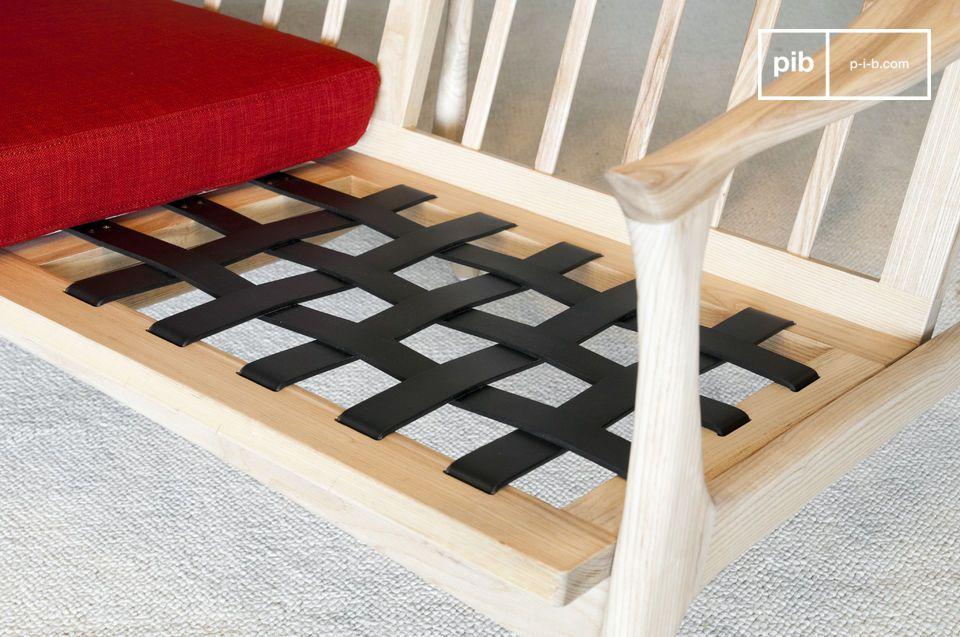 La seduta poggia su cinghie incrociate che garantiscono un buon livello di comfort
