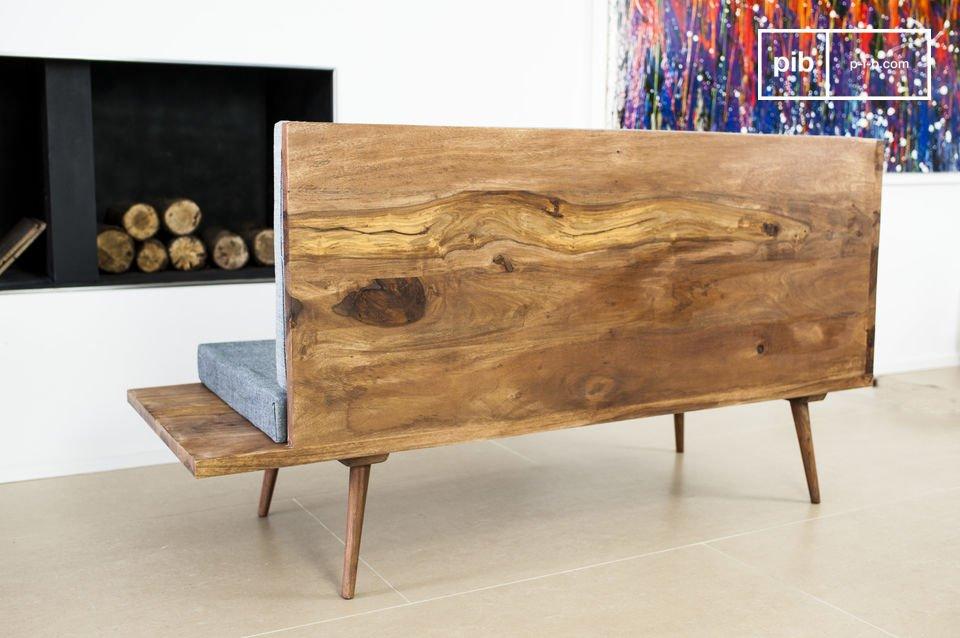 A un lato è presente un piccolo ripiano in legno che potrà fungere da piccolo scaffale per