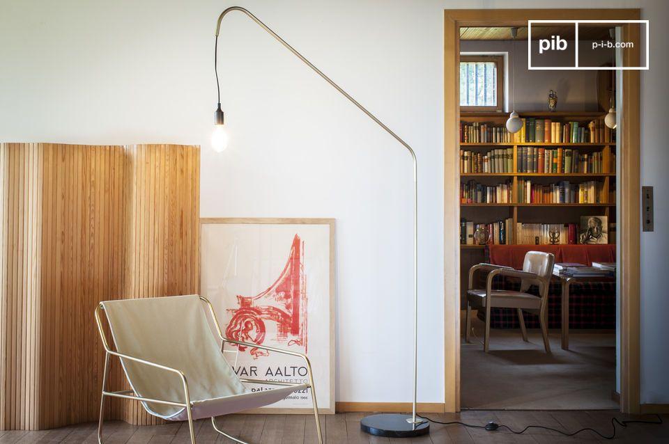 L'eleganza vintage di una lampada da terra grafica che unisce marmo e ottone
