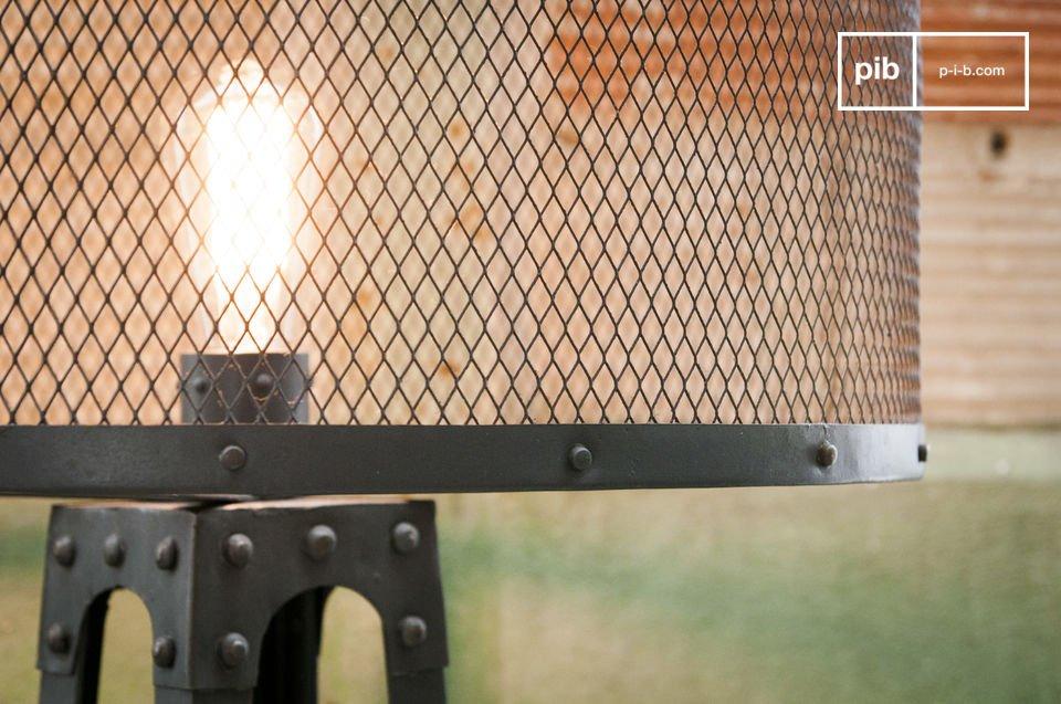 La lampada da terra vintage Hornby è una lampada davvero unica: la sua struttura in acciaio grigio