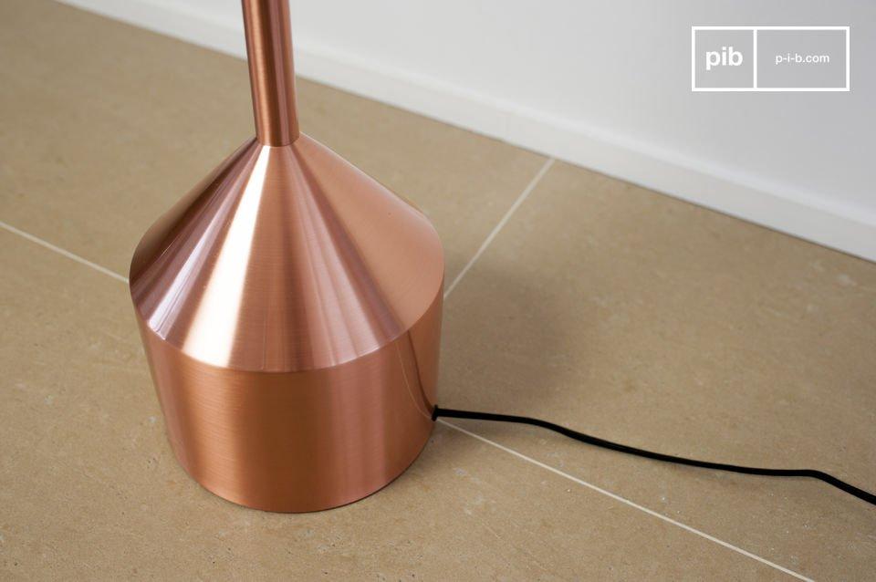 La piantana Käsipa è un oggetto dal sofisticato spirito scandinavo che porterà un tocco di stile