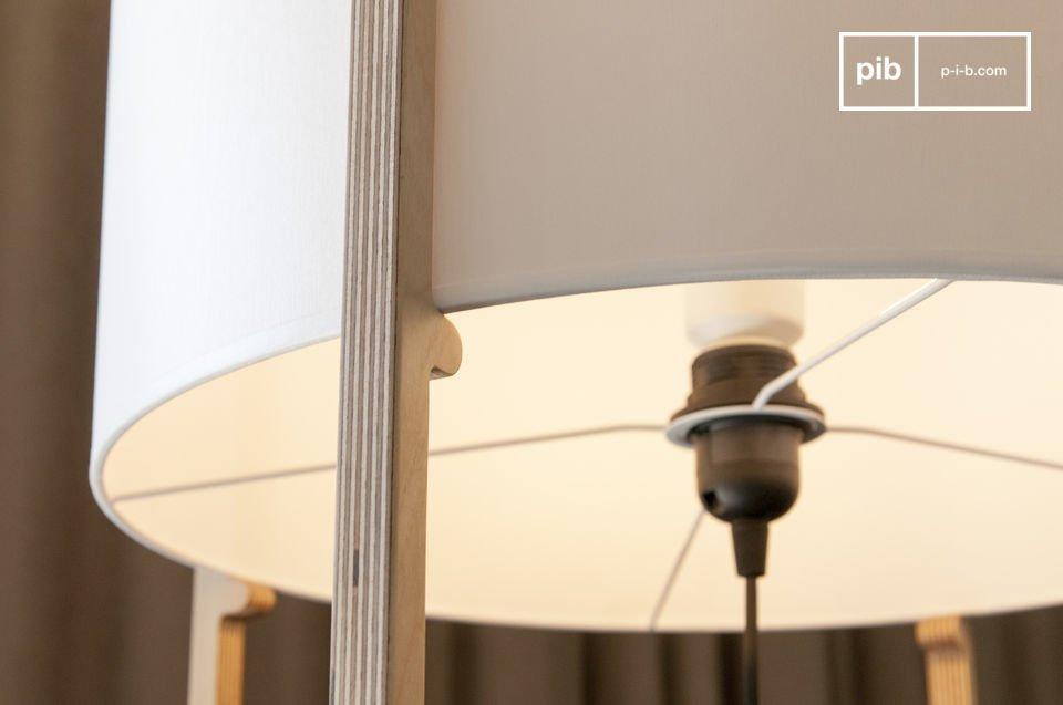 Una struttura in legno fine e raffinata che supporta un paralume dalla semplicità tipica del design
