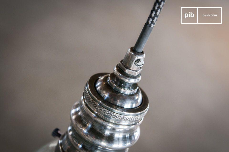 Realizzato in ottone rivestito con una finitura verniciata argento che si combina con il suo globo
