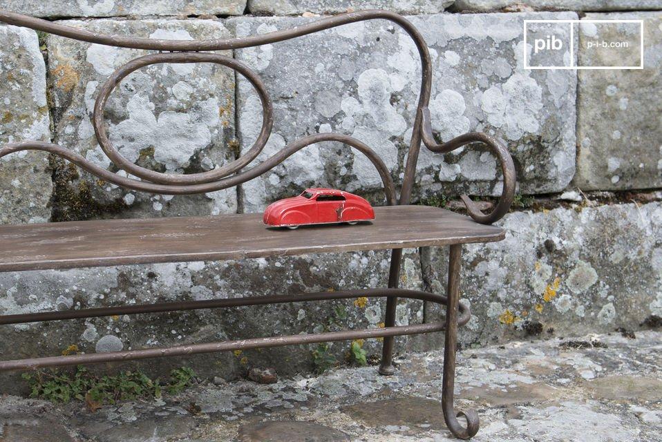 Una panchina in metallo verniciato per i tuoi bambini, perfetta per interni ed esterni