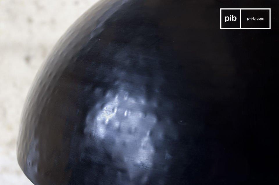 Questa lampada può essere posizionata al centro di una stanza o sopra un tavolo