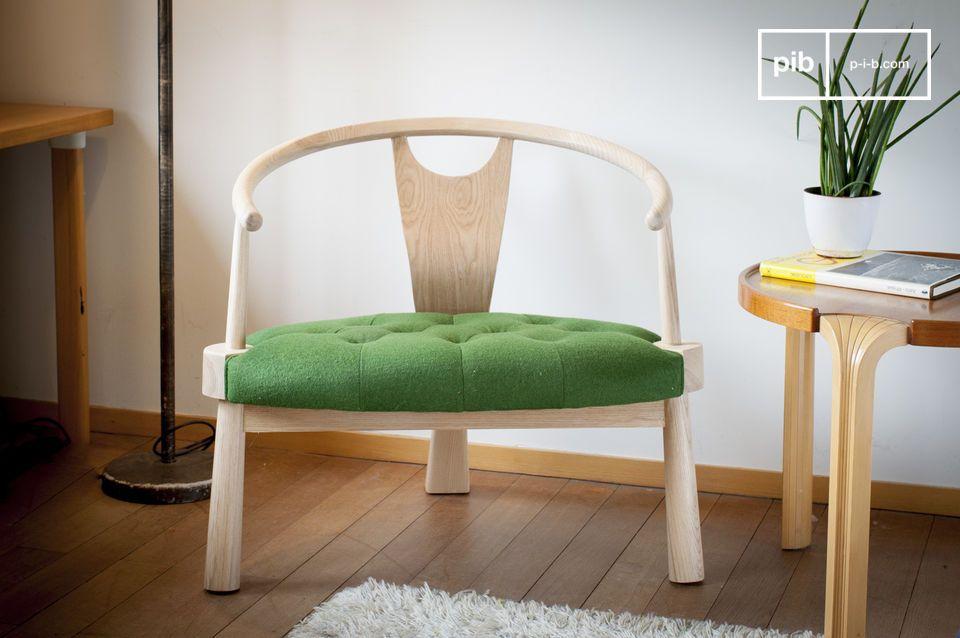 Una poltrona a tre gambe confortevole ed elegante