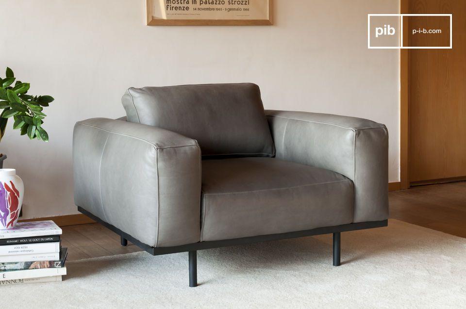 Una poltrona di carattere in pelle grigia, ispirata ai modelli degli anni '60