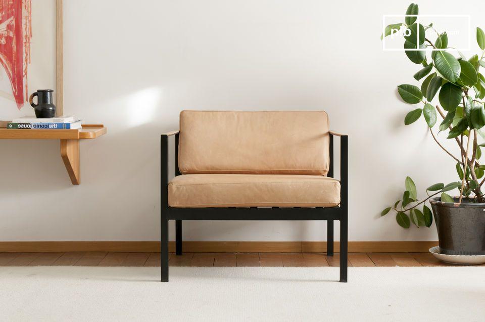 Questa elegante poltrona in pelle si ispira ai classici scandinavi della metà del XX secolo