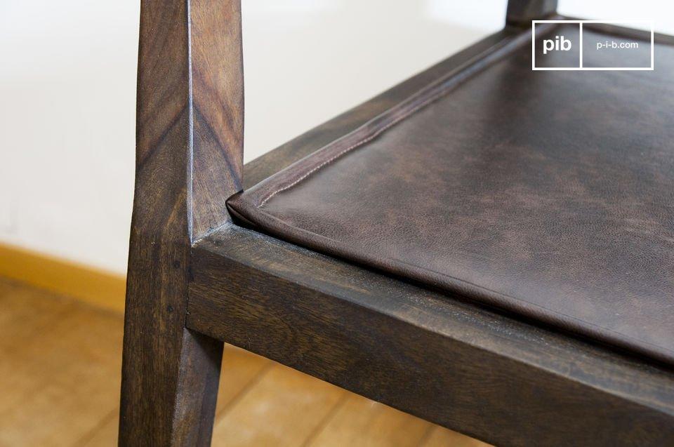 Apprezzate i bordi lavorati dei braccioli e dei piedi di questa sedia
