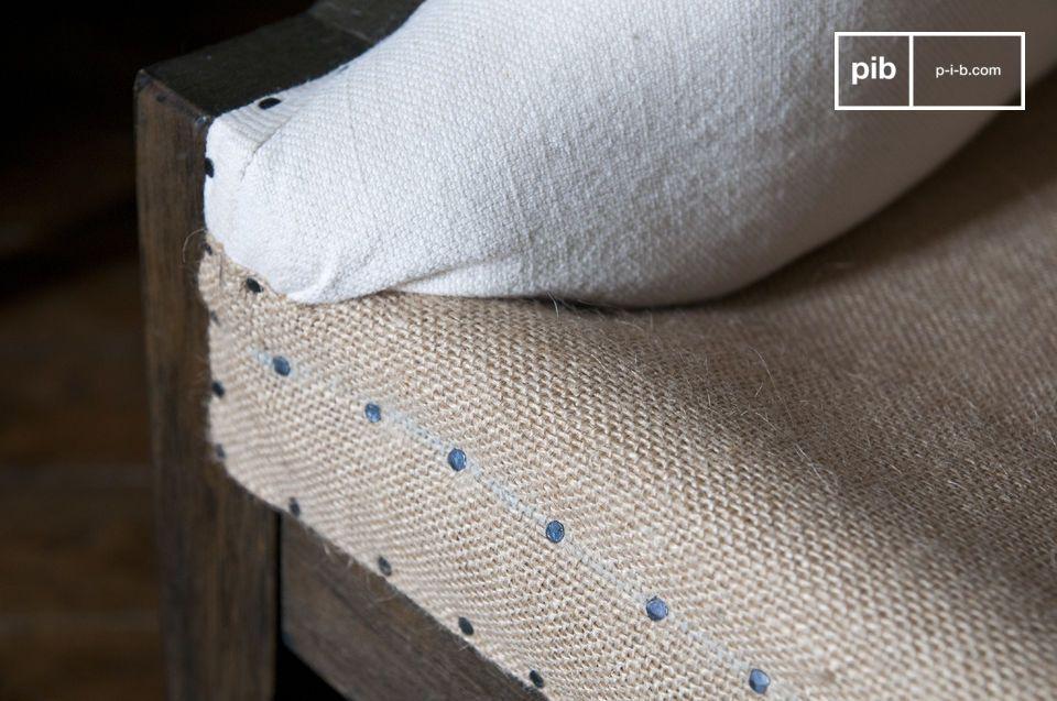 Il telaio in legno massello è stato lasciato esposto per dare un aspetto decostruito e lasciare