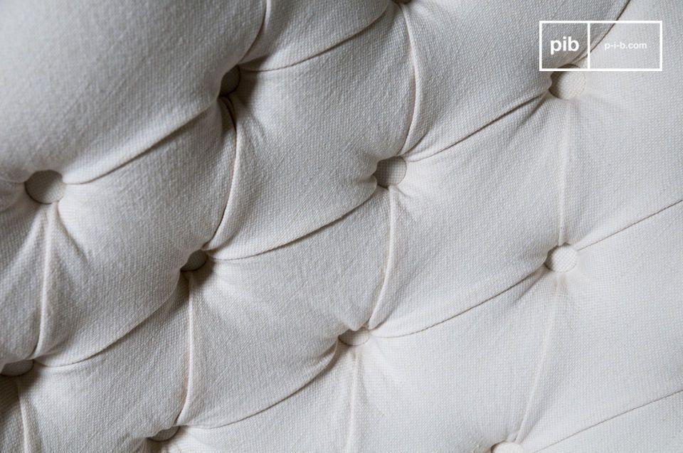 La finitura patinata del legno scuro e la cura adottata per inchiodare la copertura in tela e il