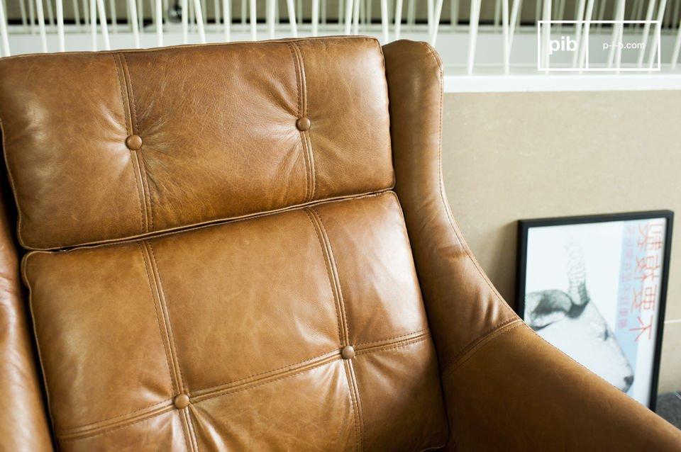 La seduta e lo schienale presentano dettagli incantevoli, come i grandi bottoni