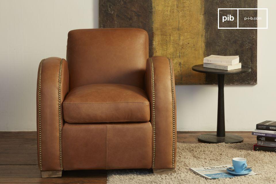 Questa rotondità contrasta con le linee molto più dritte della sedia vista dal davanti