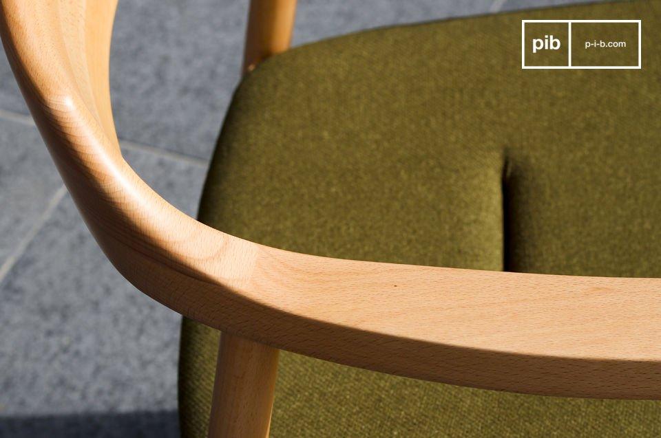 Il suo sedile imbottito di schiuma è ricoperto di spesso tessuto del colore verde tipico dello