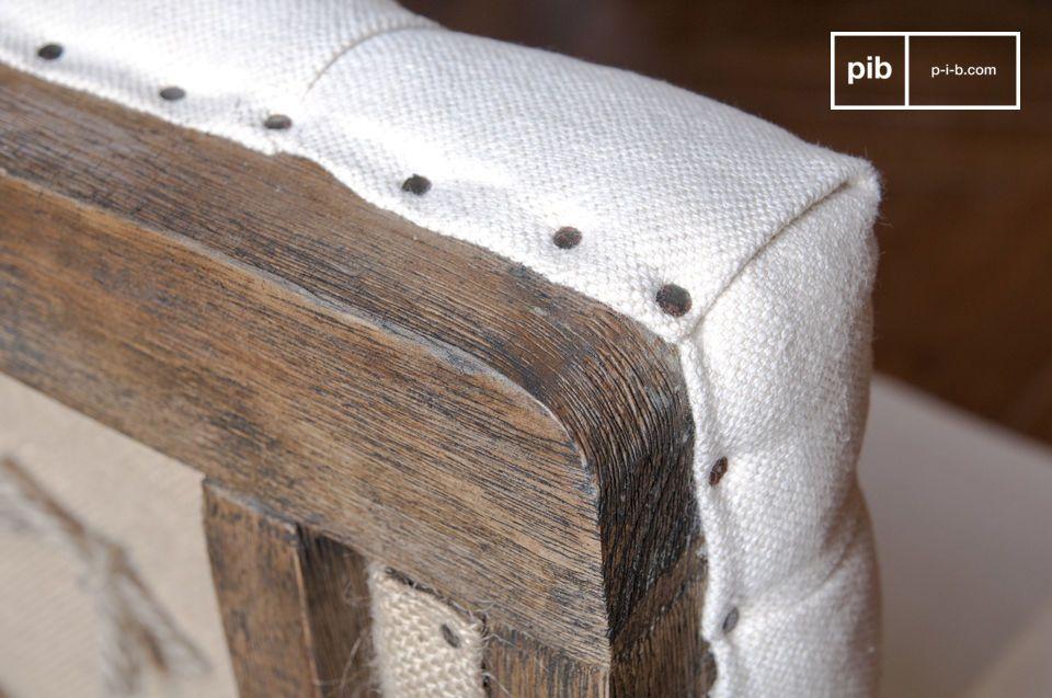 La struttura in legno delle poltrone Shabby e la tela di juta sul retro della poltrona sono stati