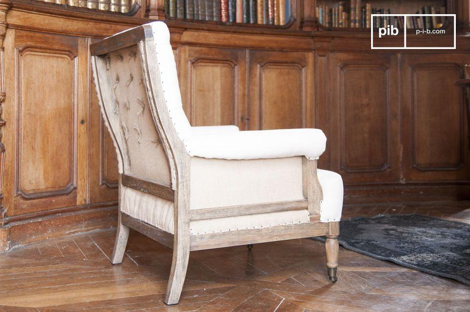 La struttura della poltrona Edmond è realizzata n legno massiccio spazzolato e poi patinato a mano