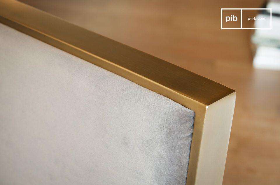 Con il suo rivestimento in velluto grigio e la struttura in metallo dorato
