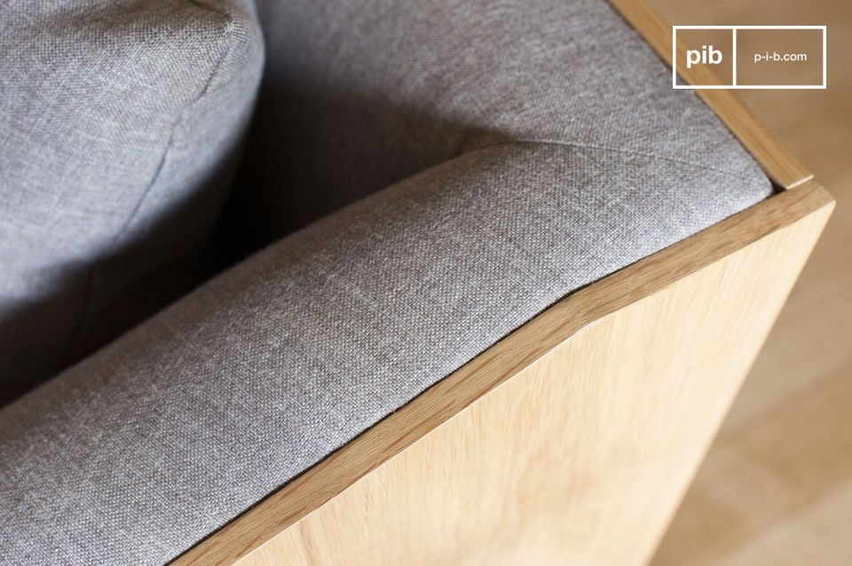 I suoi braccioli fanno eco alle gambe molto verticali del divano, e offrono un comfort innegabile