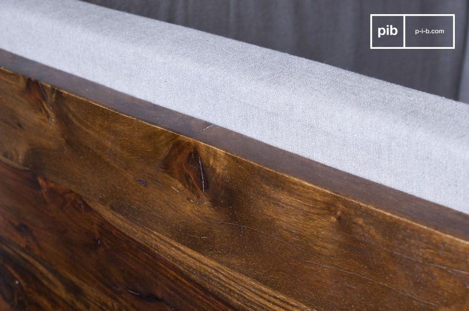 Realizzata in legno massello verniciato