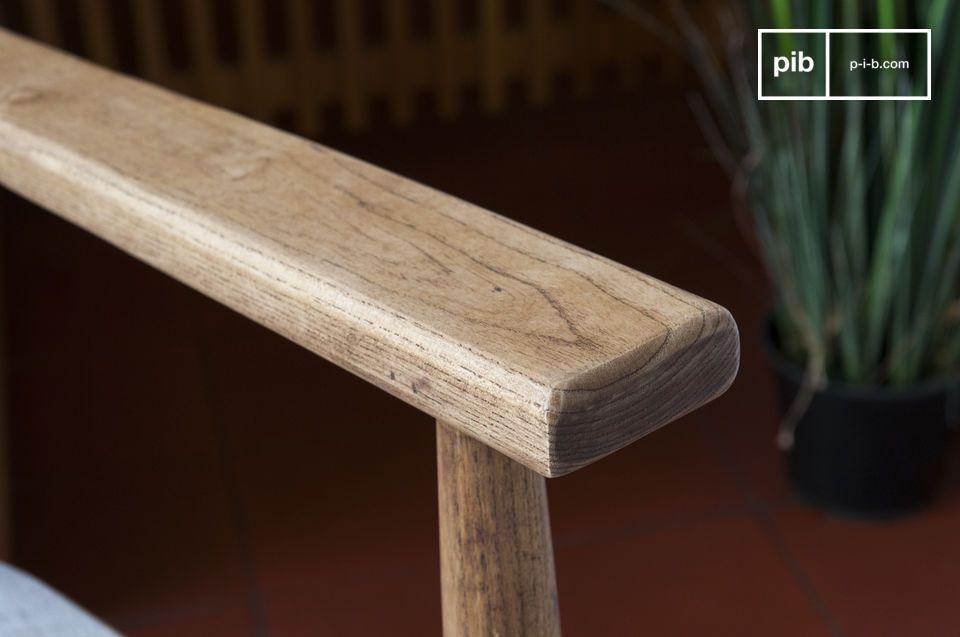 Una poltrona dalle linee nette che si basa su un design simmetrico e regolare con una resa molto