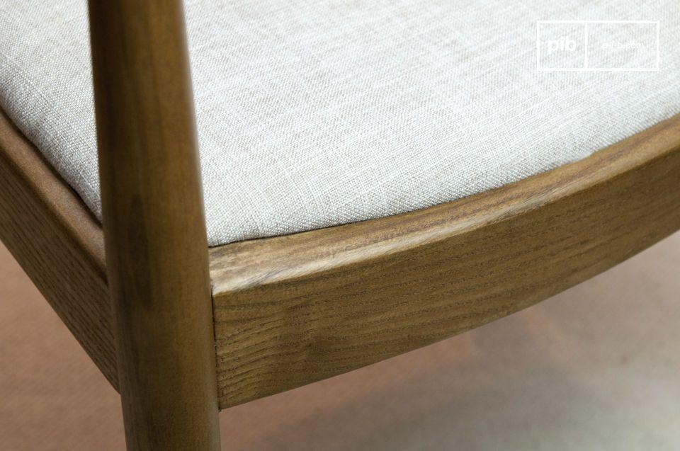 La curvatura del legno conferisce un aspetto riconoscibile a questa tipica poltrona dal design