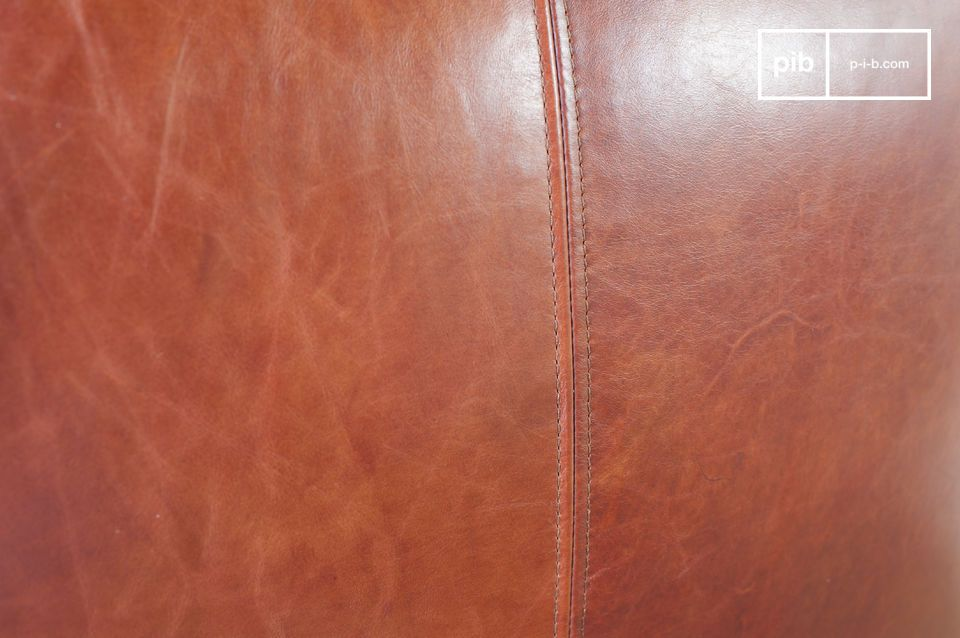 L\'estetica unica della poltrona è resa tipicamente vintage grazie al bellissimo rivestimento in