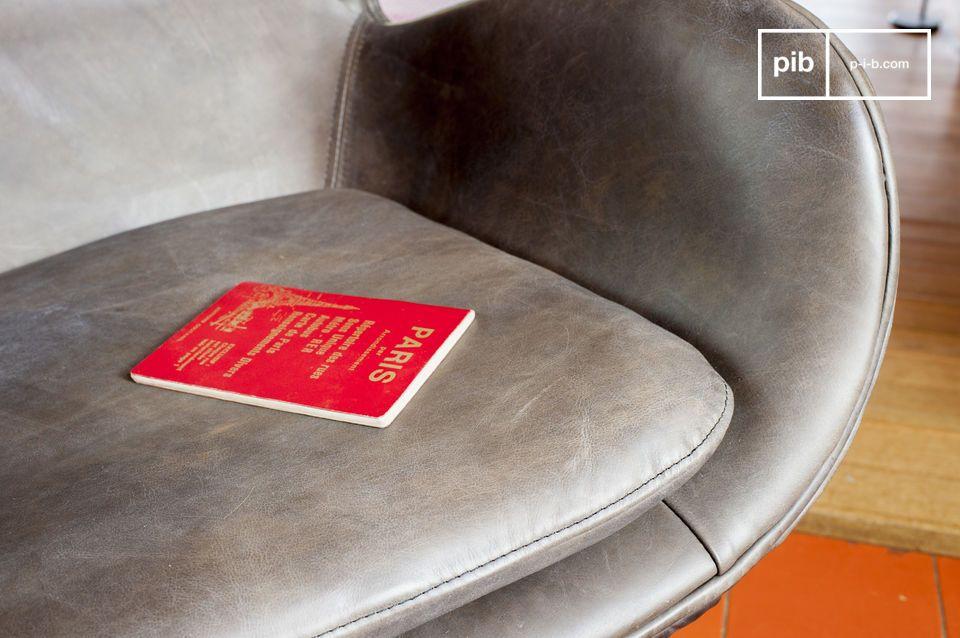 I piedi della poltrona sono retro e realizzati con metallo smaltato; sei tu a spingere la sedia