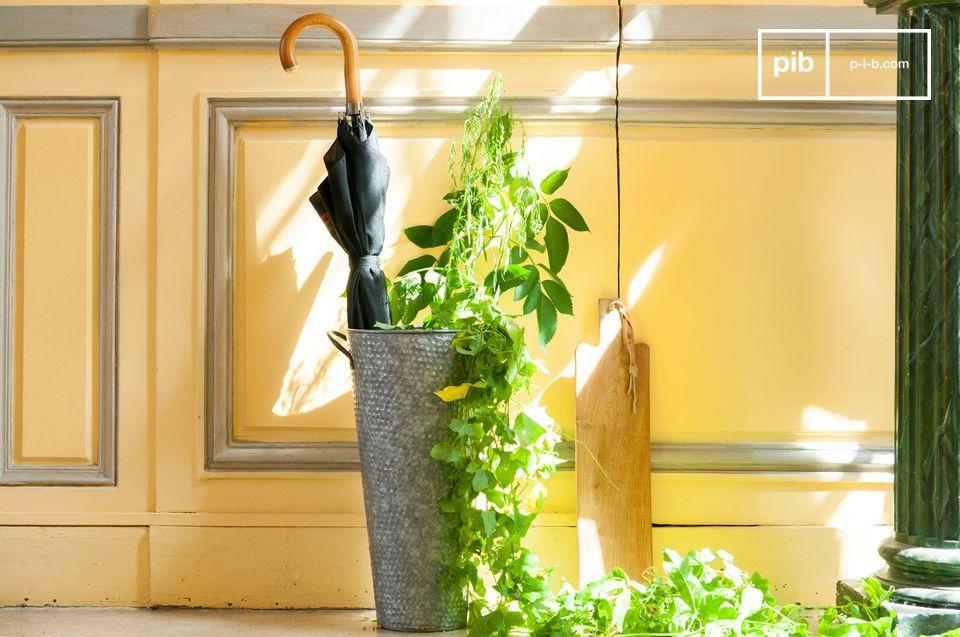 Il porta ombrelli Palen è interamente realizzato in metallo