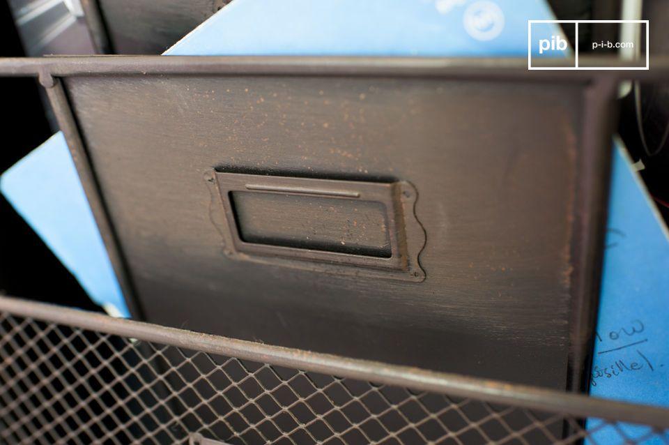 Questo portagiornali è interamente fatto in metallo ed ha le classiche caratteristiche del design