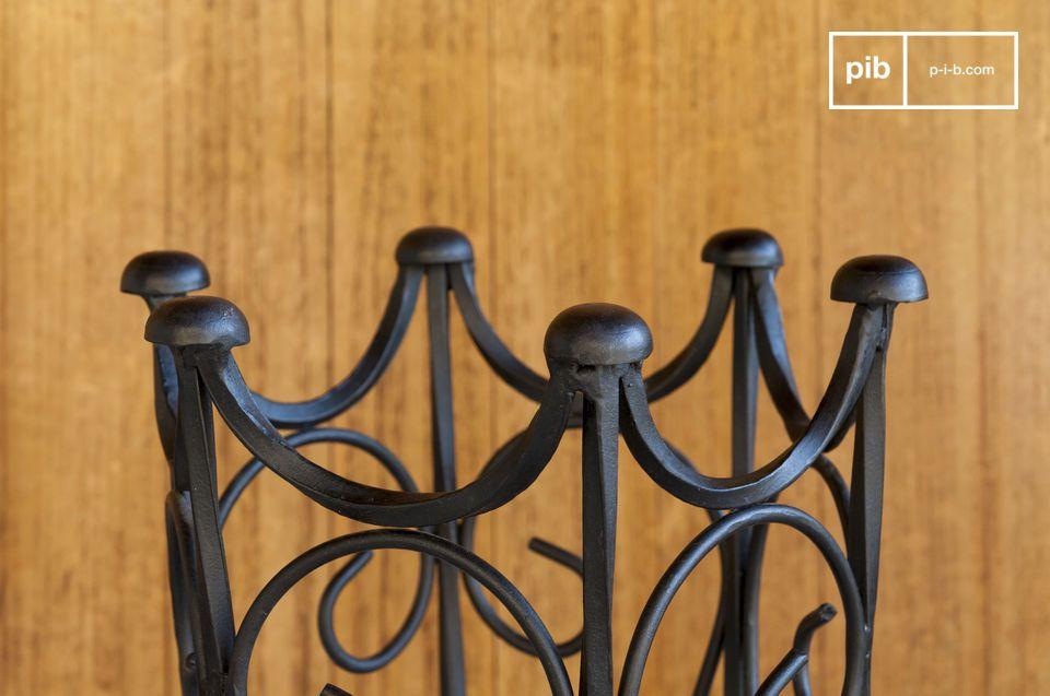 Un portaombrelli in ferro battuto nero con accenti vintage: le linee vintage di questo portaombrelli