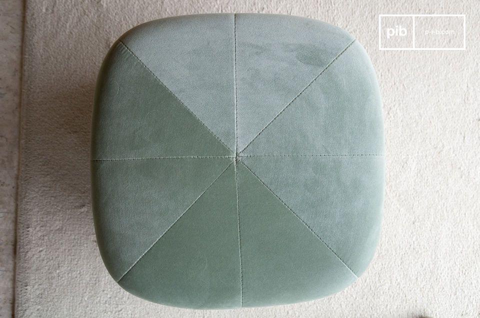 Combinando la morbidezza di un velluto di fascia alta e la modernità di una forma geometrica con