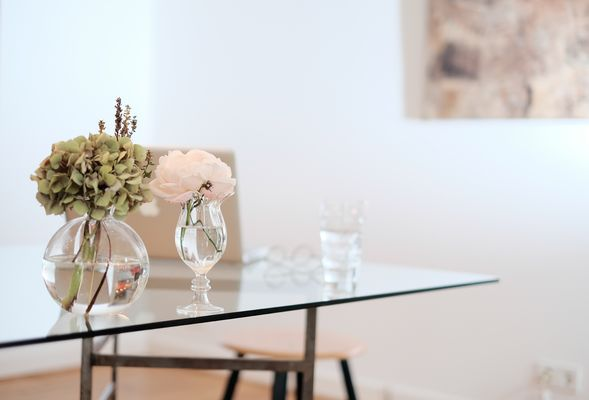 quadri rosa in salotto