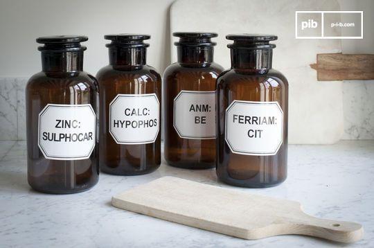 Quattro flaconi da farmacista