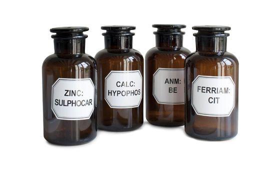 Quattro flaconi da farmacista Foto ritagliata