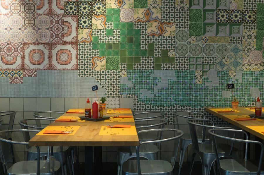 ristorante con sedie industriali