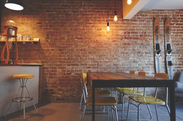 ristorante retro con luci industriali