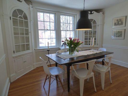 sala da pranzo moderna con sedie bianche