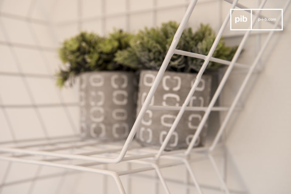 Uno scaffale da muro metallico può trovare il suo posto in qualunque stanza della casa