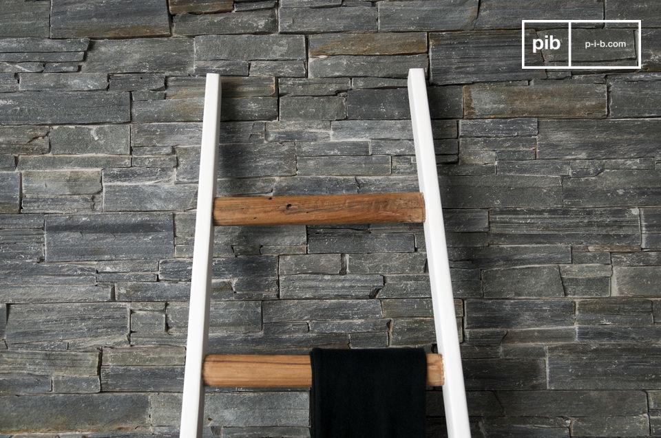 Una scala interamente realizzata in legno