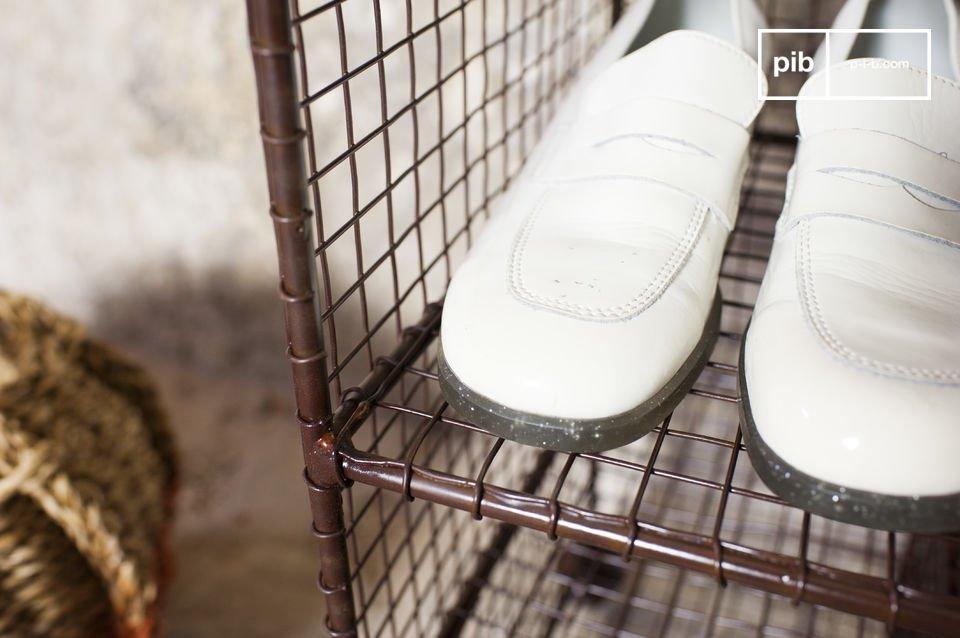 La scarpiera Gradel è una panca contenitore in metallo che combina un\'estetica vintage a degli