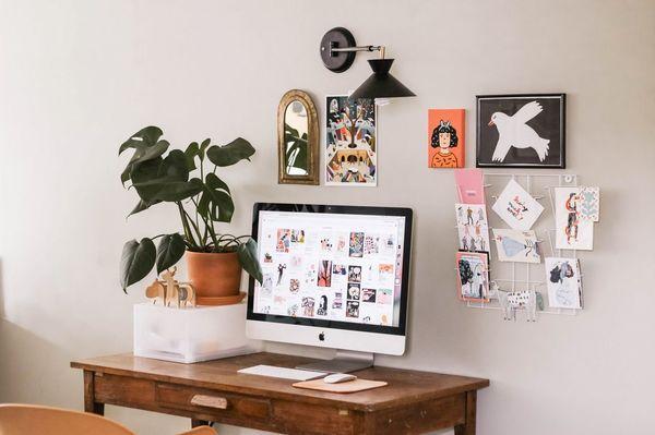 scrivania con computer e specchio