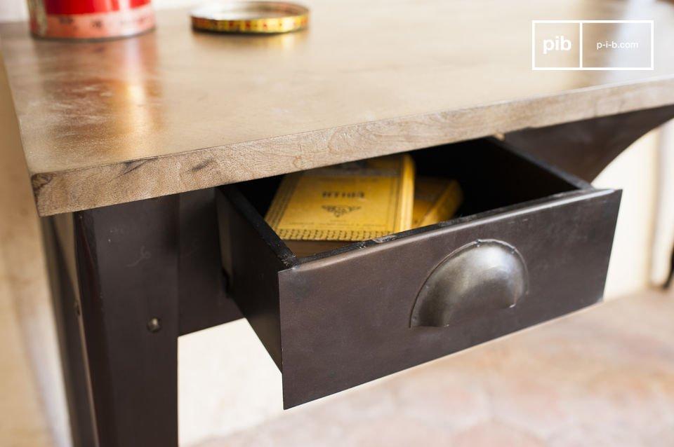 La scrivania vintage Dabar è caratterizzata dalle bellissime linee dello stile industriale vintage