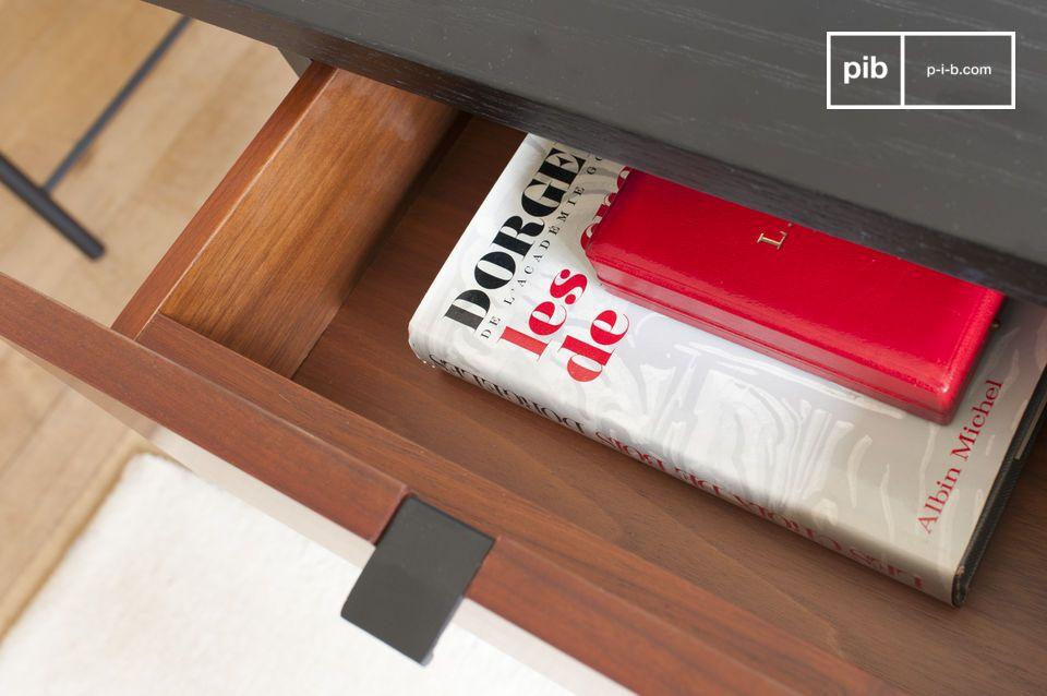 La scrivania è strutturata attorno ad un piano in legno nero leggermente strutturato